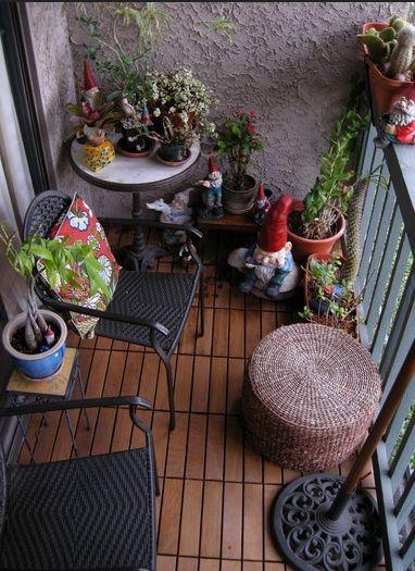 Lindo balcon decorado con duendes . Foto tomada de alguna pagina de Internet