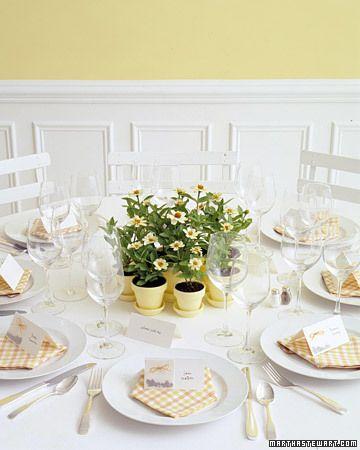 Vasinhos de flores como centro de mesas!