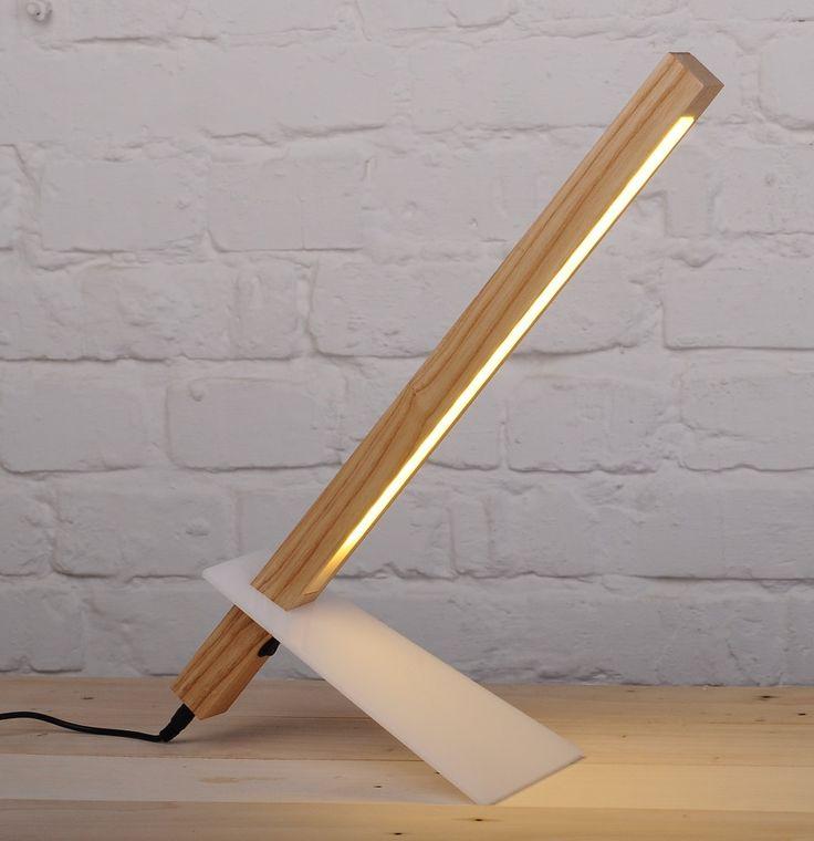 ¿Buscas una lámpara de escritorio moderno para su hogar? Nuestra lámpara minimal moderno parece más a una escultura de una luminaria con su diseño super delgado y moderno. Además de desliza pierna acrílico para ajustar la altura de la lámpara. La madera de la lámpara de escritorio tiene 18 LEDs para hacerla eficiente de la energía y una fuente de luz nítida y claro para leer o trabajar. Emite la concentración perfecta de luz cálida para centrarse en la labor que está haciendo.  ILUMINACIÓN…