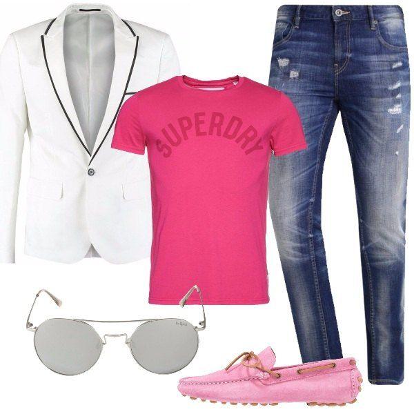 Jeans slim fit con strappi, giacca bianca con inserti di colore nero, t-shirt con stampa di un bel rosa acceso, mocassini sempre sui toni del rosa e occhiali da sole a specchio argento. Uno outfit che grazie al colore diventa davvero speciale.
