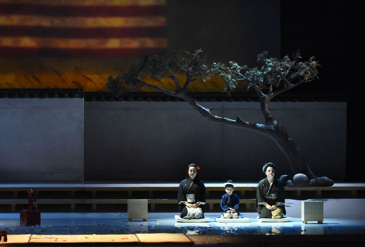 Atto II, da sin Yasko Sato (Cio-Cio-San), Diego Ilariuzzi (Dolore), Silvia Beltrami (Suzuki) (foto di Roberto Ricci)