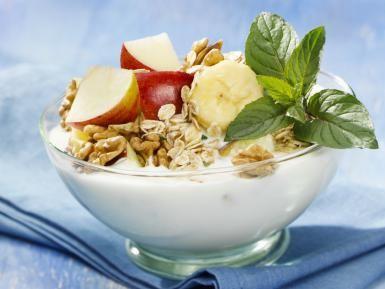 7 tips para evitar el VIENTRE HINCHADO: Yogur, nueces, avena, frutas como la manzana o el plátano ayudan a mejorar la digestión y evitar el vientre hinchado. No los tomes todos de una vez. Repártelos a lo largo del día y verás como mejoras