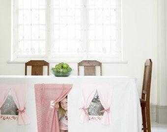 Nichts könnte einfacher als Abdeckung ein großes Blatt oder Tischtuch über eine Tabelle erstellen einen geheimes Spiel-Raum für Ihre Kinder sein. Groß für eine indoor-Aktivität - unter einem Küchentisch ist eine Verschwendung von Platz, es kann gemacht werden, in einen findigen Bereich für Ihre Kinder spielen!  Tuch-Tischläufer, geeignet für alle 6-8-Sitzer Einfach zu waschen und Bügeln (keine Kunststoff-Fenster nicht mehr) Leicht zu packen und in einen Schrank speichern  Größe: 250 cm x 150…