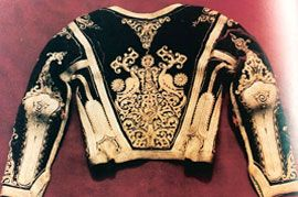 Κέρκυρα - Νυφιάτικο βελουδένιο μωβ πεσελί με χρυσή τρέσα. Οπίσθια όψη. Συλλογή Ελισάβετ – Λουλού Θεοτόκη.