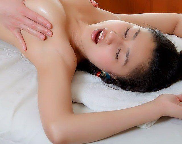 Menurut penelitian seorang wanita membutuhkan waktu kurang lebih 10-20 menit untuk mencapai orgasme saat bercinta. Dan untuk mencapai orgasme kedua kalinya dibutuhkan waktu yang lebih lama lagi dari semula.  Dikutip Ifkmedia.com dari Men's Health berikut 3 trik agar wanita bisa menggelinjang orgasme dalam 15 menit. 1. Kelihaian mulut Obat Pembesar Penis obat pembesar penis  3 Teknik Bercinta Yang Bikin Wanita Menggelinjang Capai Orgasme Dalam 15 MenitMelakukan pemanasan penting dalam memulai…