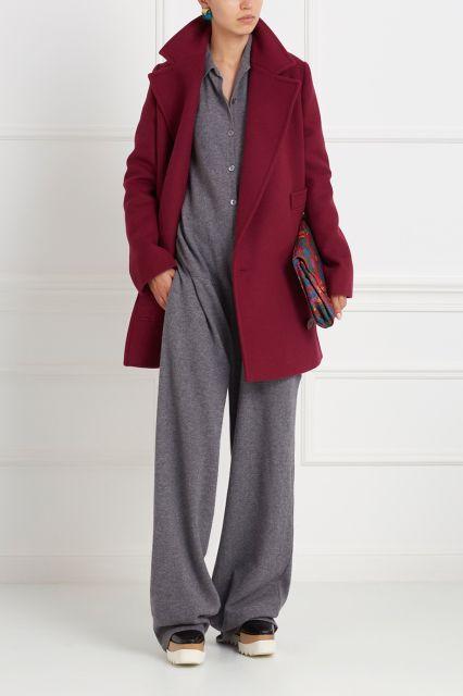 Уютный комбинезон свободного кроя на пуговицах. Модель универсального серого цвета сделана из натуральной шерсти. Такой комбинезон из коллекции бренда Stella McCartney – отличный выбор для повседневных комфортных образов. Носим с туфлями-лодочками и с любимыми кроссовками.