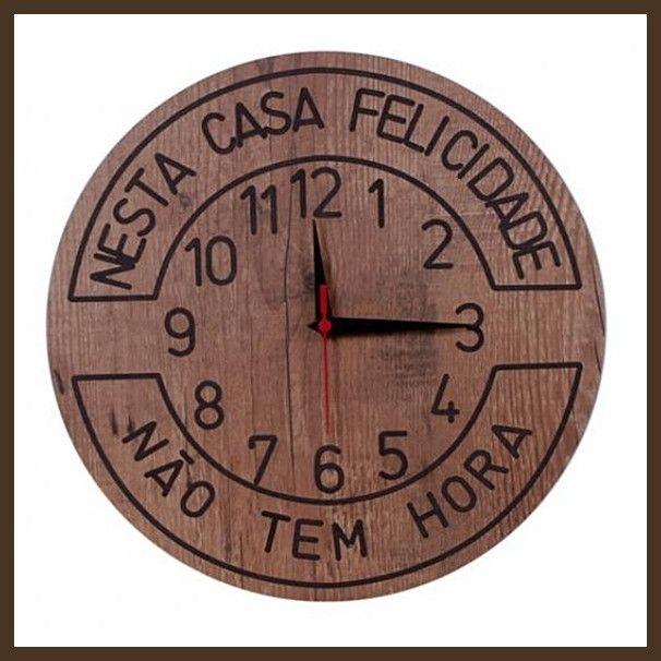 """-Relógio de parede  -Uso de pilha comum  -Frase: """" Nesta casa felicidade não tem hora""""  -Frase gravada em baixo relevo  -Código: TBR46  -Medidas: 400 mm diametro  -Peso: 0,900 Kg  -Material mdf  -POSTAGEM (ENVIO) NO MÁXIMO 7 DIAS ÚTEIS  -Ideal para decorar cozinha, churrasqueiras e espaço gourmet"""