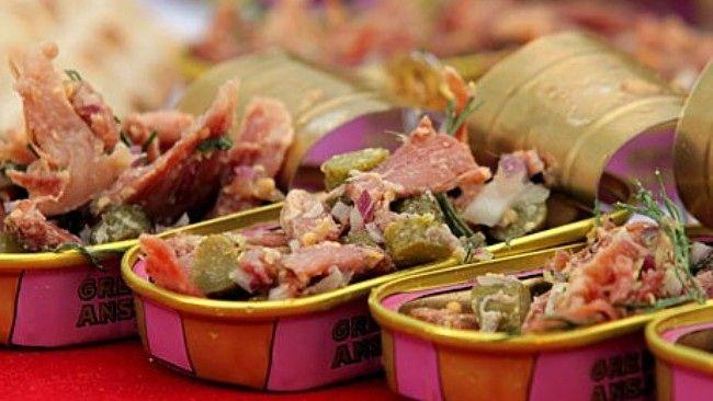 «Dopp i grytan» med hjemmelaget sennep - Tina Nordström bruker brukte ansjosbokser til å servere salat med svinekjøtt i.NordicWorld TV