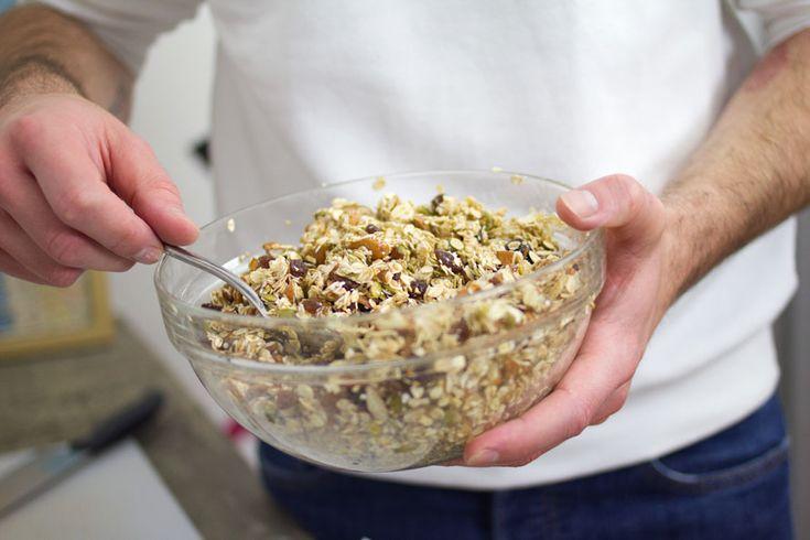 Le barrette ai cereali fatte in casa ti danno una grande soddisfazioni. Puoi portarle con te in palestra, in ufficio oppure usarle per fare colazione.