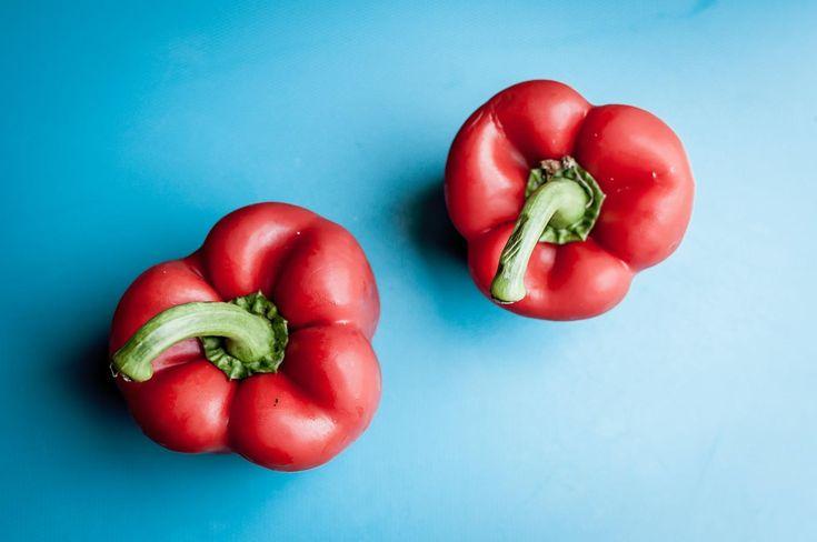 Mucho más dóciles que los pimientos picantes los pimientos rojos son una buena fuente de vitamina C y vitamina A (que le viene muy bien a tus ojos). Si incluyes en tus guisos y recetas una taza de pimiento rojo picado estarás añadiendo 190 mg de vitamina C a tu dieta. Y si los prefieres verdes, la cantidad de vitamina C que obtienes es menor, pero aún así con 120 mg de pimiento verde consigues el 200% de la vitamina C que necesitas en tu día. Foods For Healthy Skin, Healthy Soup, Healthy Snacks, Healthy Eating, Healthy Recipes, Vegetable Pictures, Snack Video, Kimchi, Chickpeas