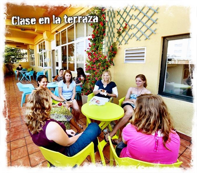 Bij mooi weer worden de lessen Spaans in San Sebastián ook buiten gegeven op het terras van de school.