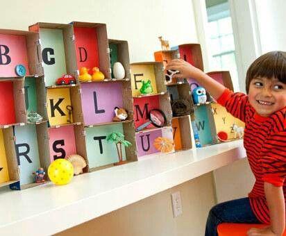 Alfabet met doosjes en gekleurd blad met letter en voorwerp beginnend met die letter