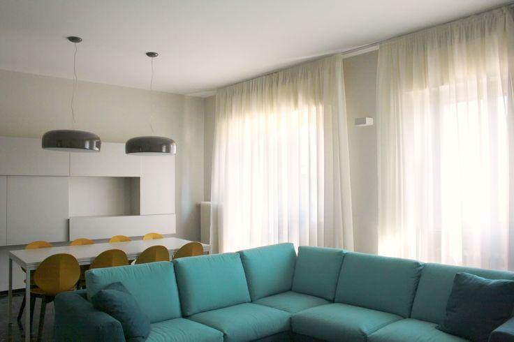 Un soggiorno con zona pranzo: mobile sospeso in legno laccato tono su ...