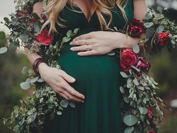 Luxurious winter floral maternity photos by Jennifer Skog | Garland by Mandolin Floral | 100 Layer Cakelet