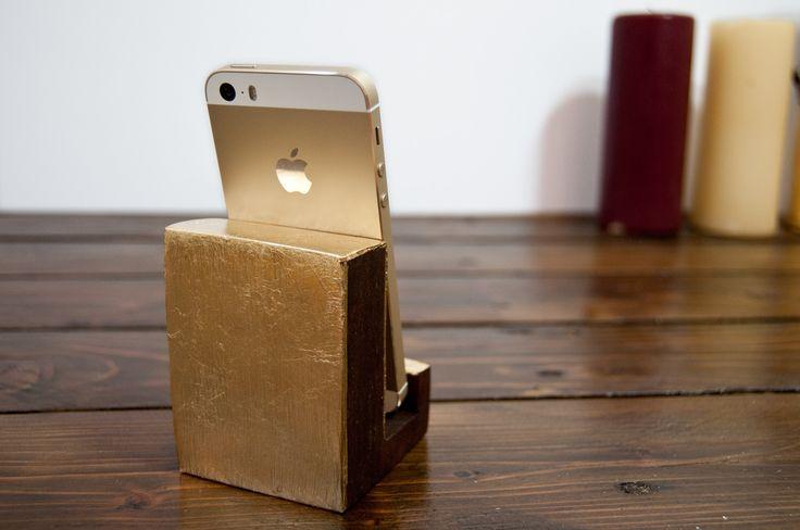 Złota podstawka pod iPhona by Galeria Fleres.