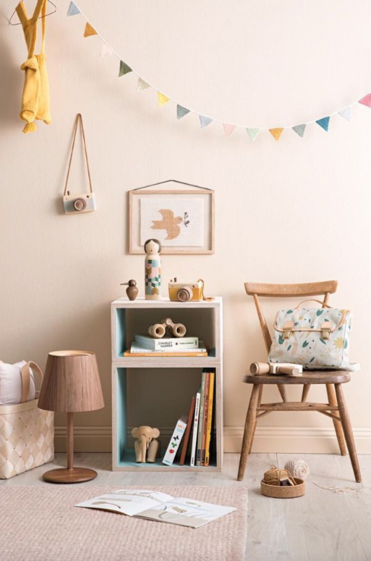Cosy kid's room in soft colours + wooden details