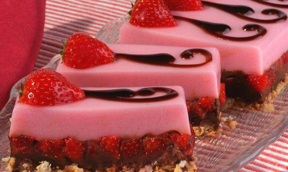Δίχρωμο γλύκισμα με ζελέ φράουλα και σοκολάτα | Συνταγές - Sintayes.gr