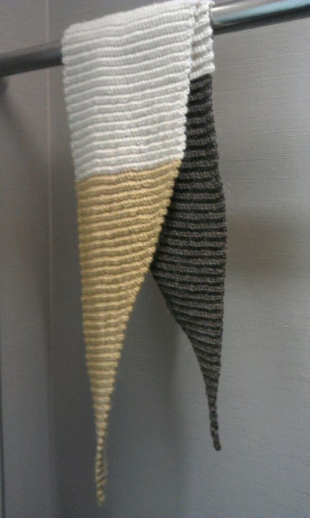 Jeg har endnu engang hæklet på bestilling. Min søster havde forelsket sig i dette strikkede tørklæde  hos www.purlbee.com . Et h...