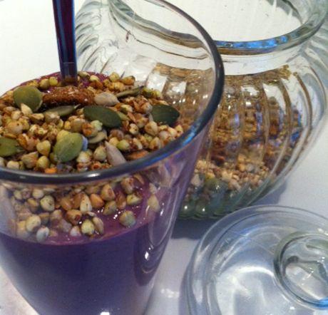Raw Food boveteyoghurt | Lifevision    1 dl helt skalat bovete    0,5 dl solrosfrön    2 dl hallon + 1 dl blåbär    0,5 tsk äkta vanilj    2 tsk kokosnectar eller agavesirap    Vatten till önskad konsistens, ca 1,5-2 dl         Blötlägg bovete och solrosfrön över natten. Skölj sedan noga och blanda sedan med övriga ingredienser och mixa helt slät.