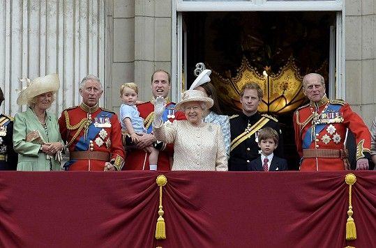 Snímek královské rodiny z oslav výročí korunovace Alžběty II.