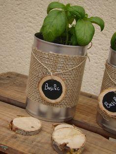 """Ce contenant est en fait une boîte de conserve recyclée. Avec sa décoration étiquetage plante aromatique """"Basilic"""" Les matières sont issues de matériaux naturels."""