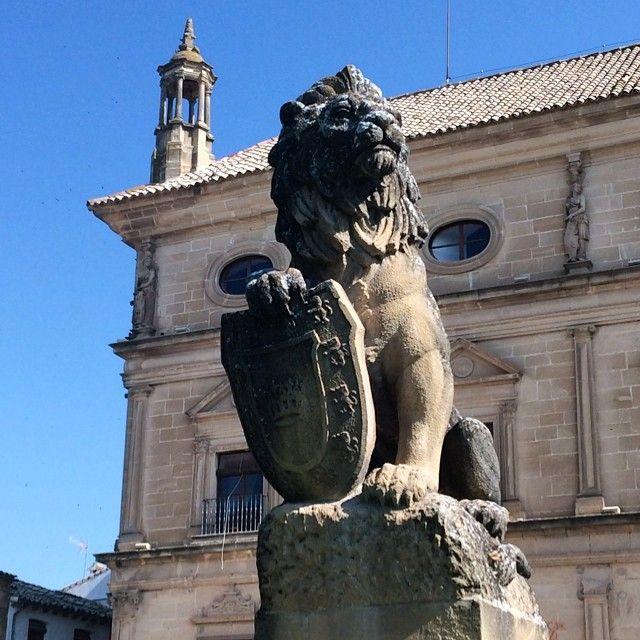 León en la puerta del Ayuntamiento en la zona monumental de Úbeda en Jaén. Andalucía.