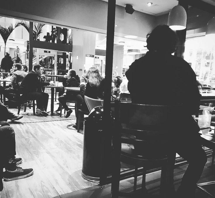 Tem um jégao sentado ali!  #saopaulo #paulista #brasil #brazilian #aloneinthedark #book #streestyle #lifestyle #photo #nocolors #café #pub #librarian #modelbook #leitor #starbucksbrasil #josecarvalho #johzeca #actor #contadordehistorias  #ator #street #center #blackandwhite #avpaulista #sadness #child #starbucks #coffee #center3