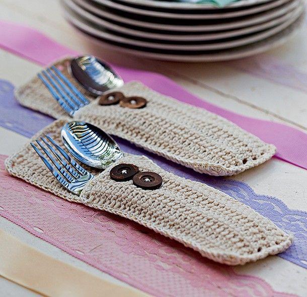 Saquinhos de crochê acomodam os talheres