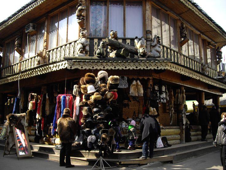 O mercado de Izmaylovo tem artigos sui generis mas está longe de ser uma feira da ladra. As senhoras na entrada ostentam trajes típicos.