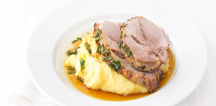 Italská kuchyně je velmi pestrá. Vyzkoušejte recept na pečenou vepřovou kýtu po toskánsku s bramborovou kaší s pečeným česnekem.  1) Troubu...