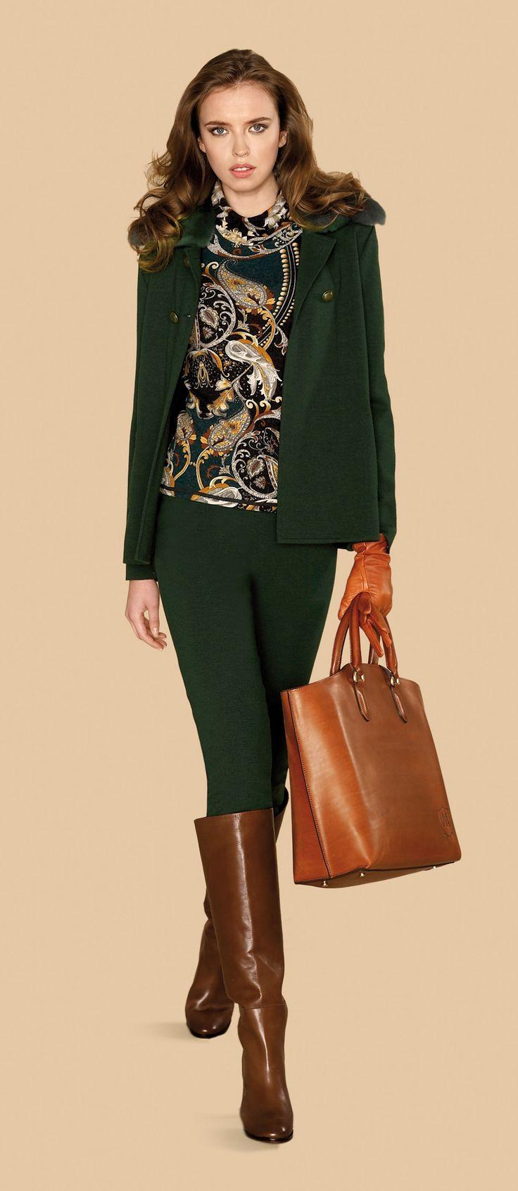 Pantalon de color verde oscuro con chaqueta a juego y jersey estampado #trend #fall #winter #2013