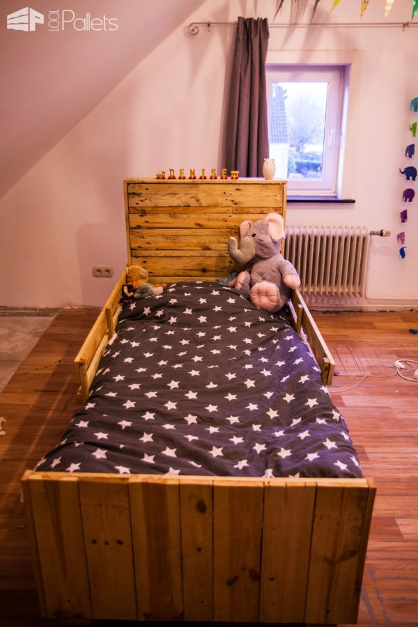 Daughter's First Bed Using Pallets / Un Lit En Palette Sur Roulette DIY Pallet Bedroom - Pallet Bed Frames & Pallet Headboards Fun Pallet Crafts for Kids