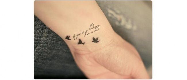 Tatuaż z odlatującymi ptakami - subtelne wzory na ręce, stopy i plecy