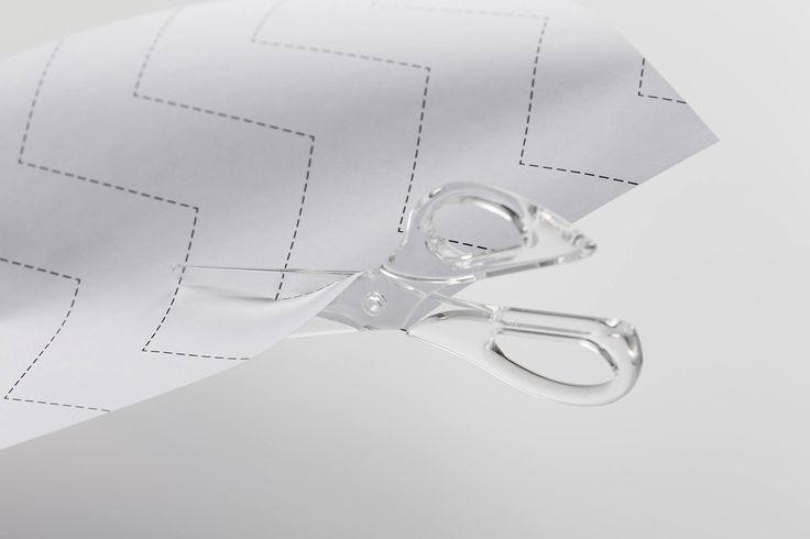 Kokuyo Design Award【受賞作品レポート その①】 2014年のグランプリに見事輝いたのは、全てが透明のハサミ。その名も『すける はさみ』。 今回、審査員のコメントと併せてご紹介します!  ………………………………………… <グランプリ(1作品)> 作品名:すける はさみ 作者:荻下 直樹/大石 紘一郎 作品概要: すべてが透明のはさみ。透けているから切りやすく美しい。 統一素材はリサイクル性もプラスされる。  審査員コメント: 「水滴をイメージしたという全体形状が魅力的でした。」 「透明セラミックスで作るという従来のハサミでは考えられない素材の提案は クオリティが高く、他を圧倒していた。」 「プロトタイプ(模型)の完成度が高く、握りやすいと実感できた。」 …………………………………………  コンセプトに加えて、素材や使い易さといった点も高い評価を得たようです。 あらためて、グランプリおめでとうございます!