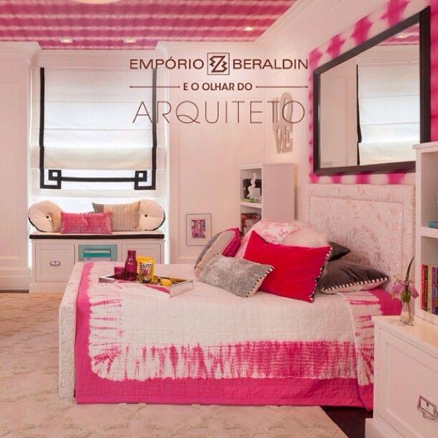 Papel de parede, almofadas e colchas da @designersguild em destaque no projeto de Flavia Brito e Rebeca Borin para a Mostra Quartos & Etc.