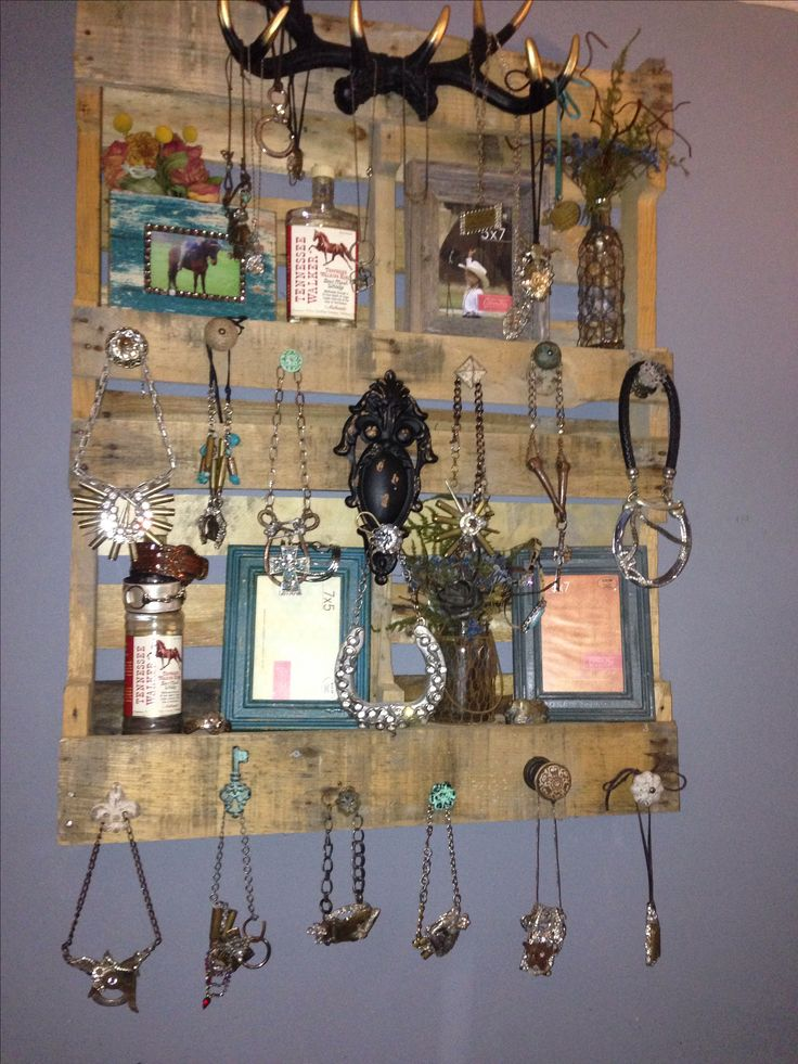 Pallet art. Pallet jewelry holder