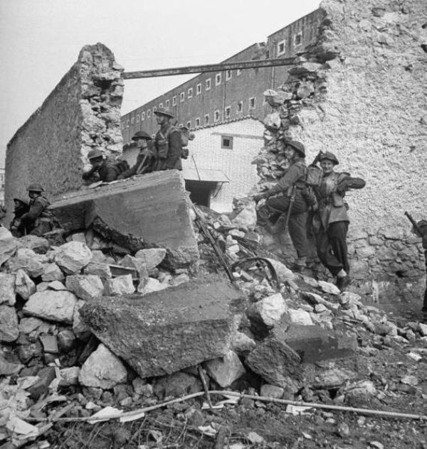 Η επίθεση του ΕΛΑΣ στις φυλακές Αβέρωφ και η τελευταία ημέρα των Δεκεμβριανών  Οδός Κεδρινού, Αμπελόκηποι, 18 Δεκεμβρίου 1944: Σαν σκιές 12 άνθρωποι περνούσαν σκυφτοί, με γοργά βήματα, από ερείπιο σε ερείπιο...