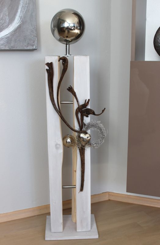 GS83 – Große Dekosäule für Innen und Aussen! Große gespaltene Holzsäule weiß gebeizt, dekoriert mit Materialien aus der Natur, einer kleinen und großen Edelstahlkugel und einem Edelstahlherz! Preis 119,90€ Mit Beleuchtung 129,90€ Höhe ca. 105cm