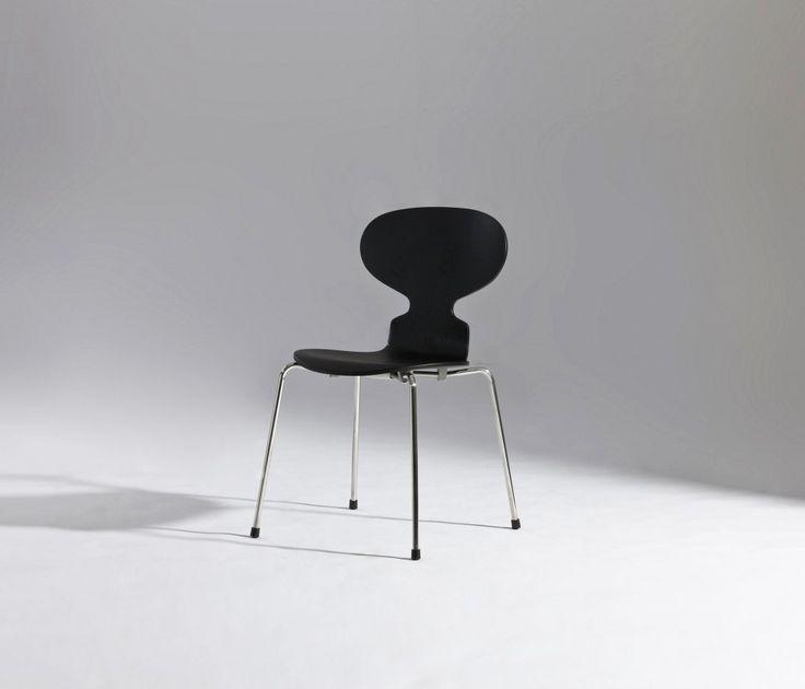 Cadeira Formiga, Arne Jacobsen, 1952.  Apesar de sua forma minimalista e esbelta, a Cadeira Formiga de Arne Jacobsen é extremamente confortável, sua madeira moldada faz ela ser suficientemente flexível para ajustar-se aos contornos do corpo e movimentos.