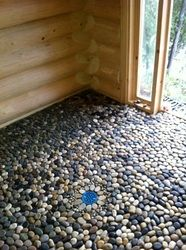 Pebble floor in log sauna