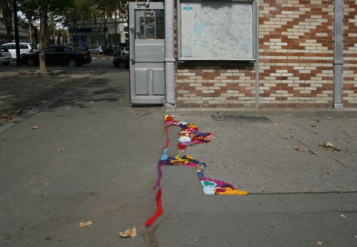 Sanatlı Bi Blog Bu Çalışma Paris'teki Yol Çukurlarını Örgü İplikleriyle Tamir Ediyor 4