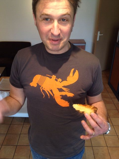 """Tee shirt dévoreur de gâteau breton porté par Ollivier Fouchard au concours mondial amateur de gâteau breton""""le lorientais"""" jedevoremabretagne.com"""