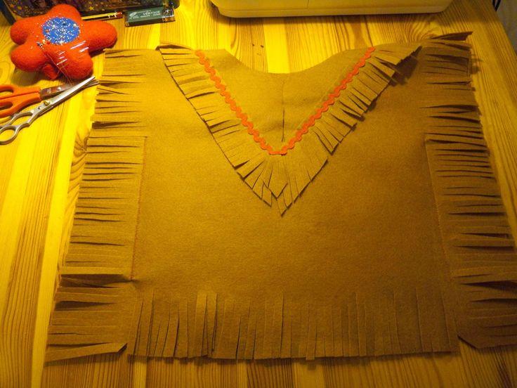 En este tutorial vamos a aprender cómo se hace un vistoso disfraz de indio para niño paso a paso. Materiales: - Fieltro m...