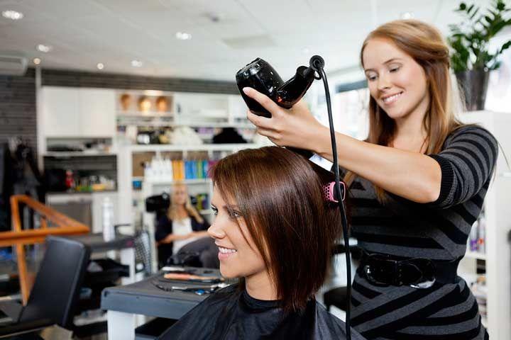 I capelli sono delle vere e proprie armi di seduzione. Nonostante da secoli si lamentino del fatto che gli uomini non notino mai quando fanno visita al parrucchiere, le donne continuano a sperimentare tagli e colori per stare al passo con le ultime tendenze capelli.