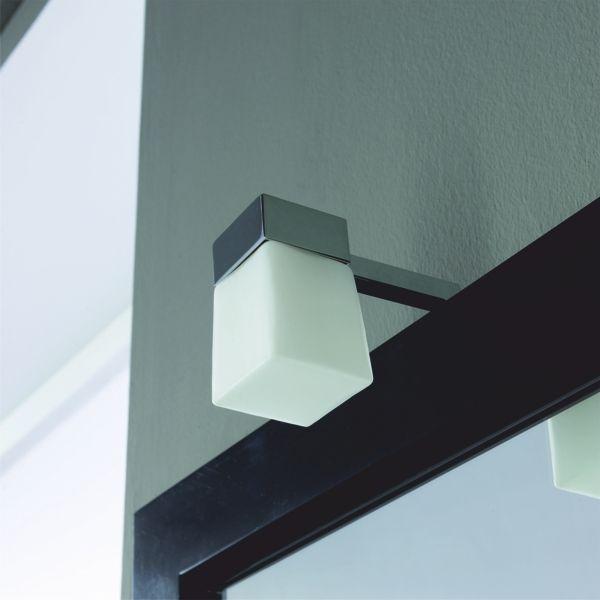Kromivartinen halogeeni Virginia kylpyhuonevalaisin mattavalkoisella nelikulmaisella lasikuvulla. IP44, G9 halogeenipoltin sisältyy pakkaukseen, valon väri 3000K. Valaisin voidaan asentaa peilikehyksen taakse tai seinään. Kytkennän saa tehdä vain valtuutettu sähköasentaja. Valmistajan takuu 2V (ei koske polttimoa). #kylpyhuonevalaisin #gripshop
