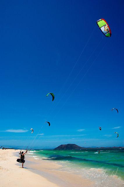 A volar - Kitesurf en la playa de Flagbeach, Fuerteventura, via Flickr.
