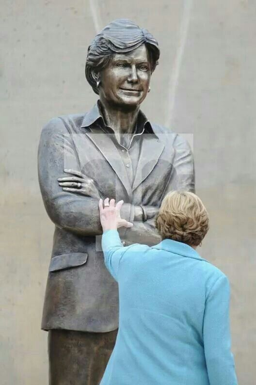 Pat summit at the dedication of her statue across from Thompson boling arena.