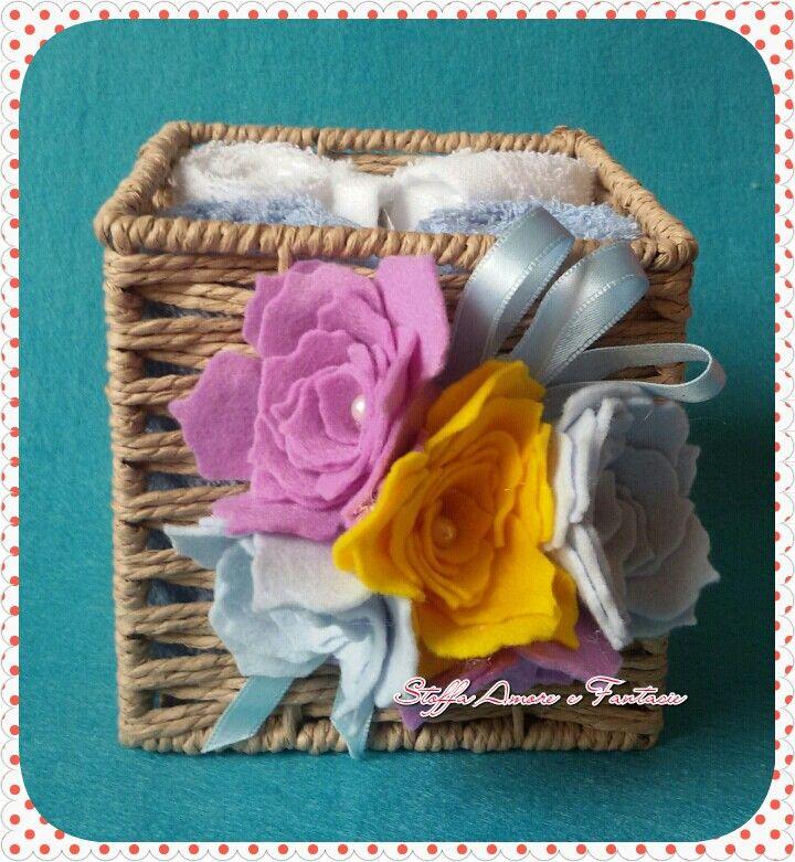 Salviettine in spugna con cestino decorato