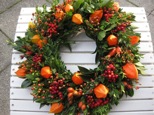 Ein großer hübscher frischer Herbstkranz mit Liebe gebunden in den Farben rot-orange, aus Buchsbaum, Lampionblumen, Hagebutten, kleine Hagebutten, rote Beeren, verschiedenem Grün. Wunderschön auf...