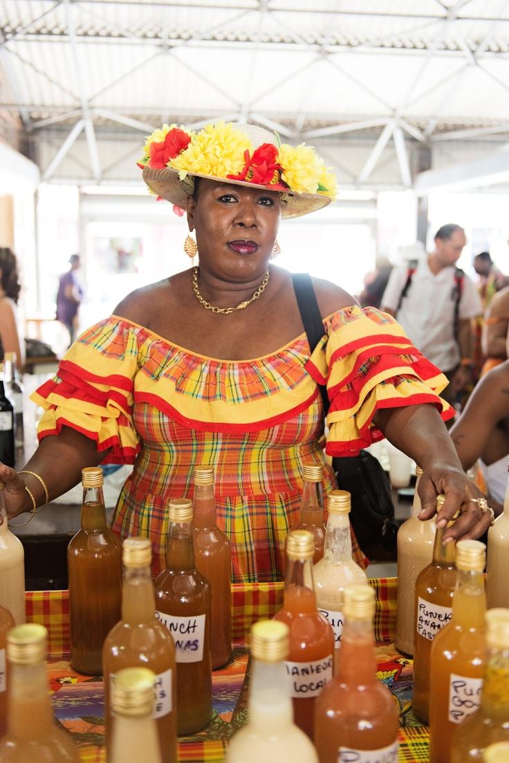 Marché local de Fort-de-France / liqueurs locales c'est a cette vendeuse que j'ai acheté tous les rhum arrangé que j'ai pu ramené en métropole!! Trop bon!!